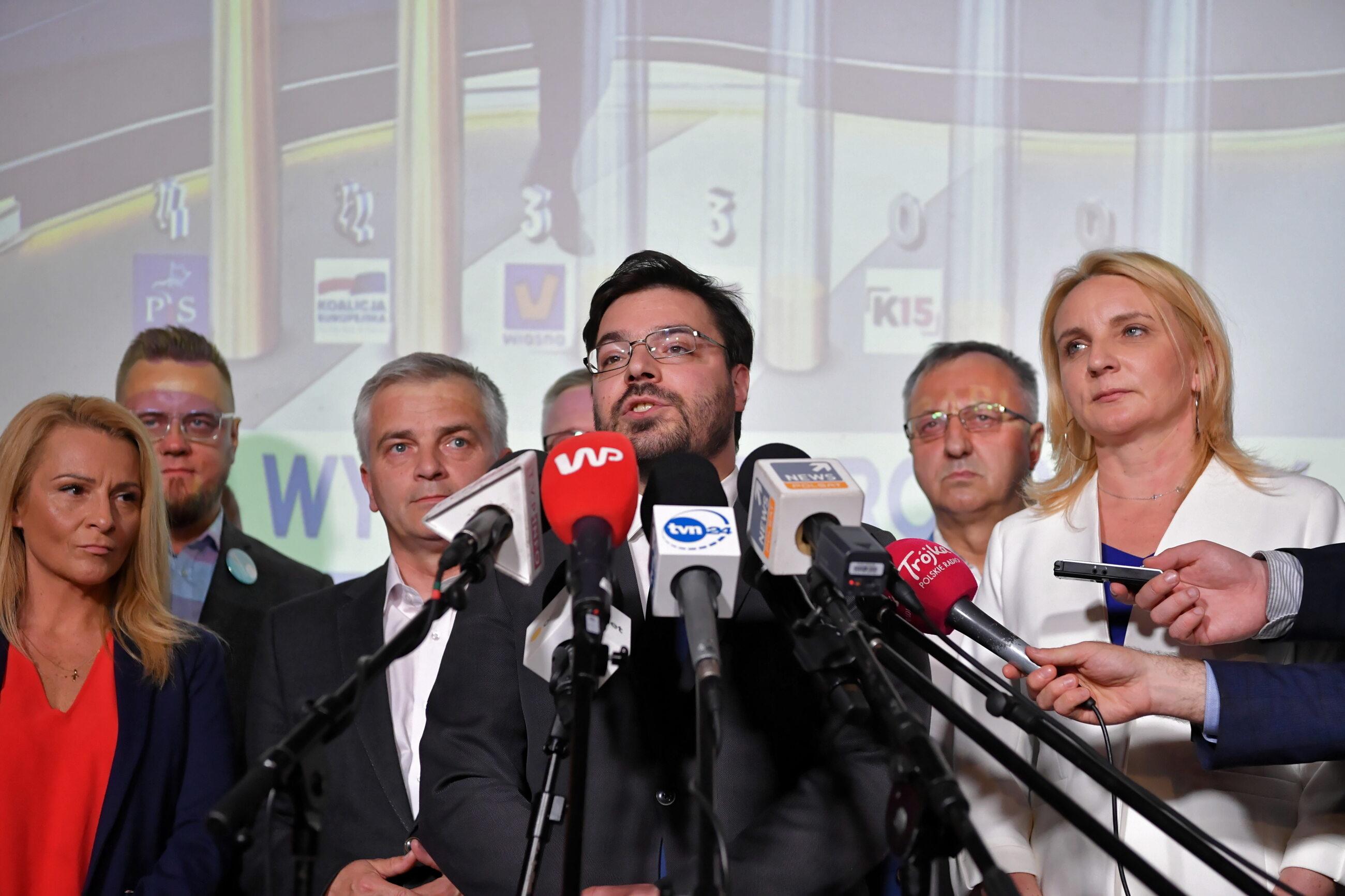 Wicemarszałek Sejmu Stanisław Tyszka (C) i posłanka Agnieszka Ścigaj (P) w sztabie wyborczym Kukiz'15