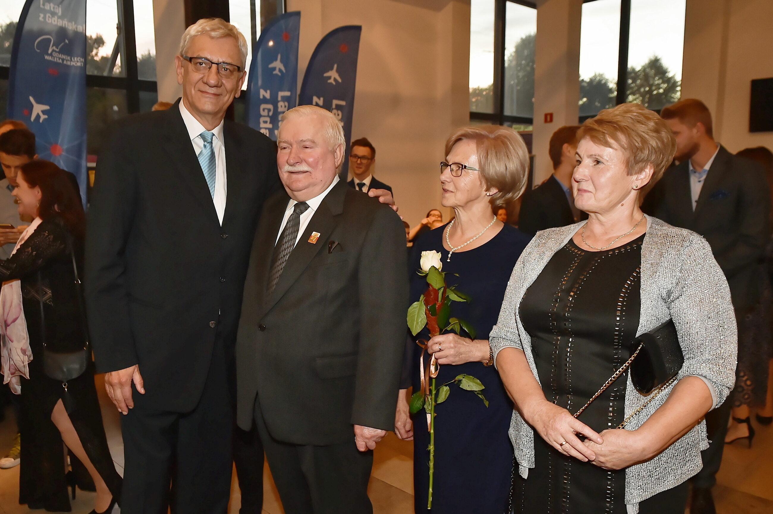 Lech Wałęsa (2L) z żoną Danutą (2P) i aktor Wiktor Zborowski (L)
