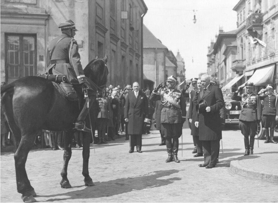 Prezydent Ignacy Mościcki przyjmuje raport od dowódcy okręgu korpusu I Warszawa, gen. Jana Wróblewskiego, 1930 r.