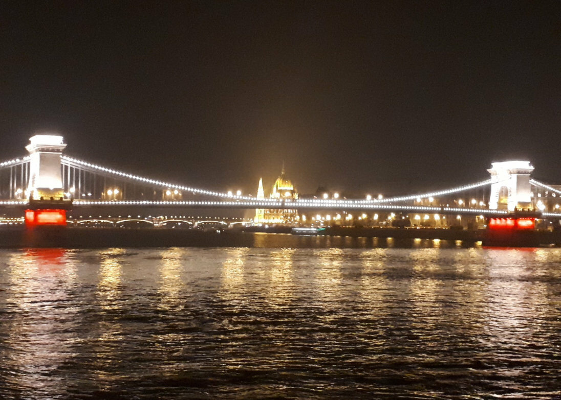 Biało-czerwony Most Łańcuchowy (z Parlamentem w tle)  w Budapeszcie