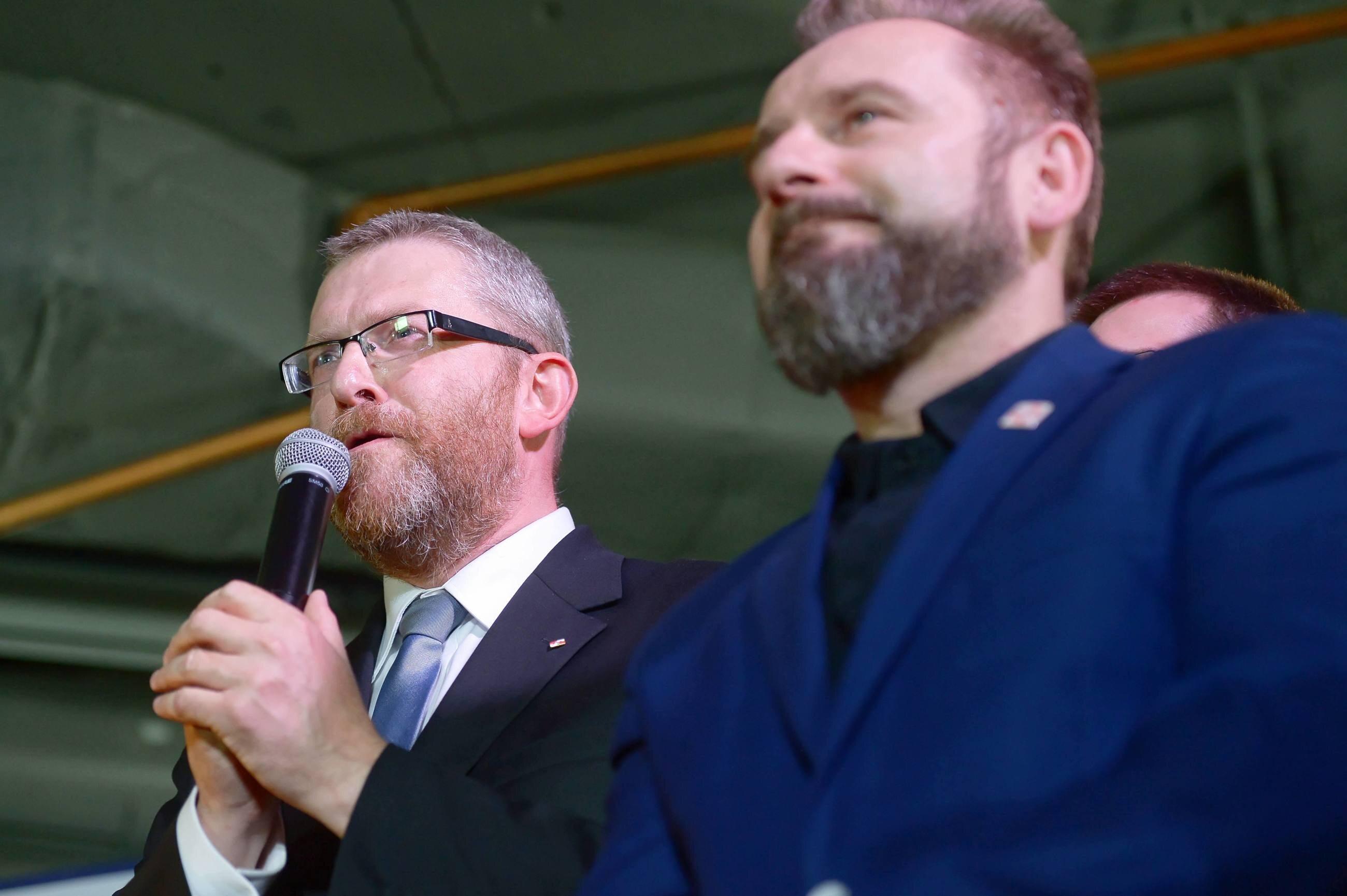 Grzegorz Braun z organizacji Pobudka i prezes Stowarzyszenia Skuteczni Piotr Liroy-Marzec w sztabie wyborczym Konfederacji